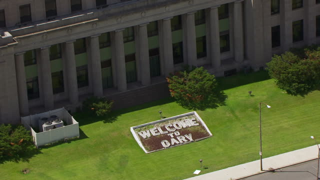 vídeos y material grabado en eventos de stock de ms aerial pov view of welcome sign near lake county courthouse / lake county, gary, indiana, united states - indiana