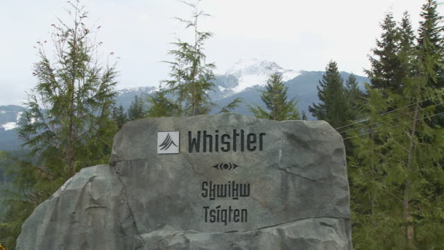 cu pan view of welcome sign to whistler / whistler, british columbia, canada  - welcome sign stock videos & royalty-free footage