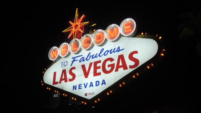 vídeos y material grabado en eventos de stock de view of welcome to fabulous las vegas sign on the strip, las vegas boulevard at night, las vegas, nevada, united states of america, north america - casino