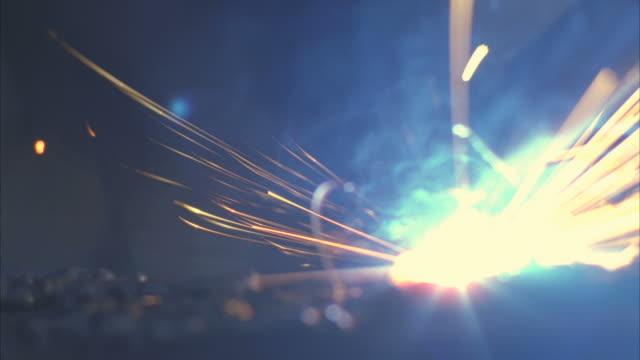 vídeos de stock, filmes e b-roll de cu view of welding sparks / boulder city, nevada, usa - boulder city