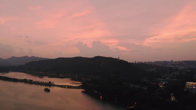 aerial ws view of west lake in hangzhou at daytime / hangzhou, china - パビリオン点の映像素材/bロール