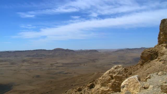 ws t/l view of west makhtesh ramon crater from mitzpe ramon / mitzpe ramon, negev desert, israel - negev stock videos & royalty-free footage