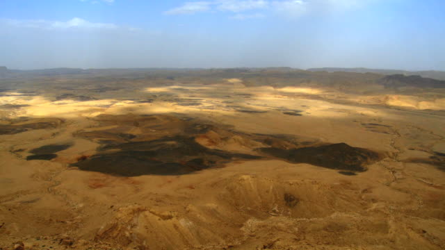ws t/l view of west ramon crater from mitzpe ramon / mitzpe ramon, negev desert, israel - meteor crater stock videos & royalty-free footage