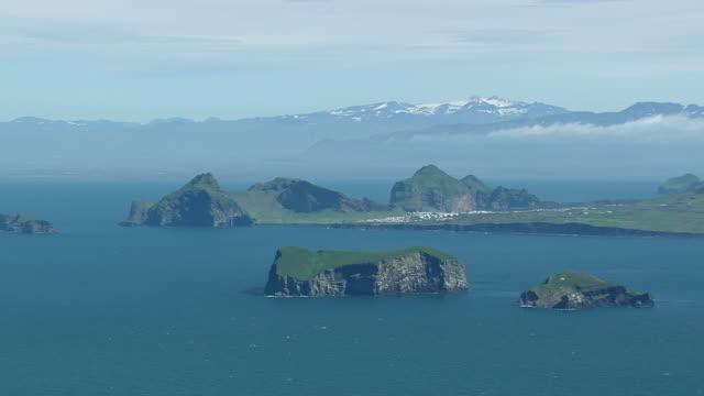 vídeos y material grabado en eventos de stock de ws areail view of westermann islands from surtsey / iceland - isla