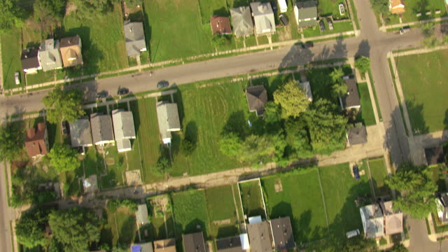 ms aerial view of western detroit housing neighborhood with backyards moving towards dearborn / detroit, michigan, united states - detroit michigan stock videos & royalty-free footage