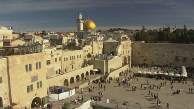 vidéos et rushes de ws pan view of western wall and plaza and dome of the rock / jerusalem, israel - place
