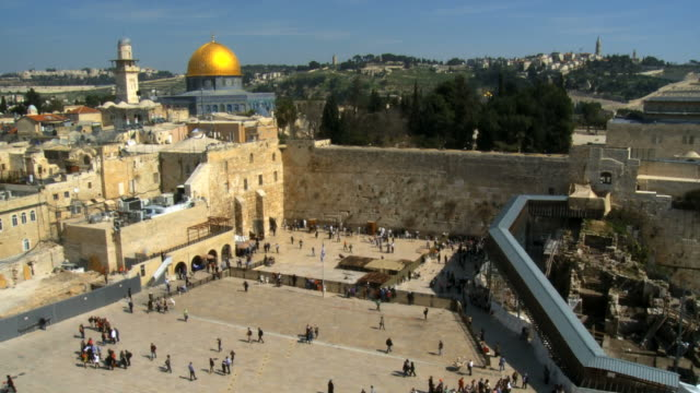 vidéos et rushes de ws view of western wall in old city / jerusalem, judea, israel - mosquée