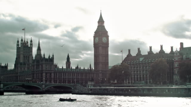 view of westminster palace and bridge in london, england. - barca a motore video stock e b–roll