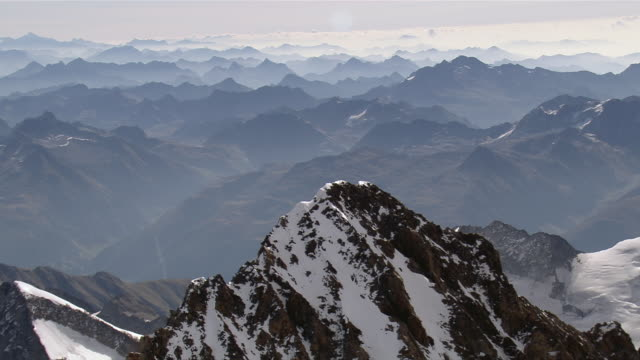 stockvideo's en b-roll-footage met ws zo aerial view of wetterhorn and mittelhorn and swiss mittelland and ischmeer und challifirn at end / finsteraarhorn, valais, switzerland - sneeuwkap