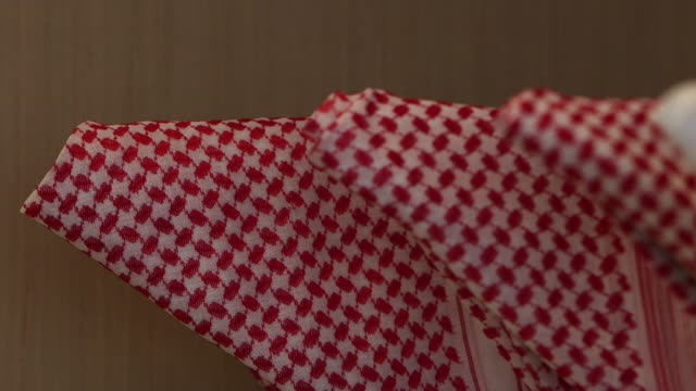 vidéos et rushes de view of white and red checkered keffiyehs. - jiddah