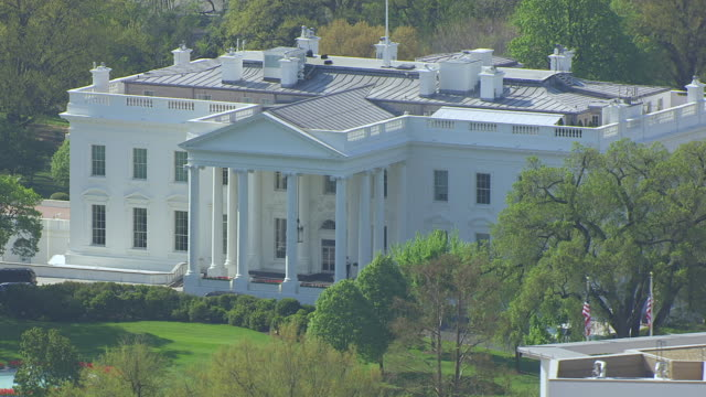ws zo aerial pov view of white house and lawn in foreground / washington dc, united states - la casa bianca washington dc video stock e b–roll