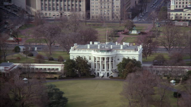 ws zo view of white house surrounding area / washington dc, united states - la casa bianca washington dc video stock e b–roll