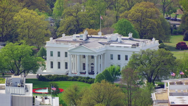 ws aerial pov view of white house / washington dc, united states  - la casa bianca washington dc video stock e b–roll