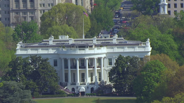 ws aerial pov view of white house with city / washington dc, united states - la casa bianca washington dc video stock e b–roll
