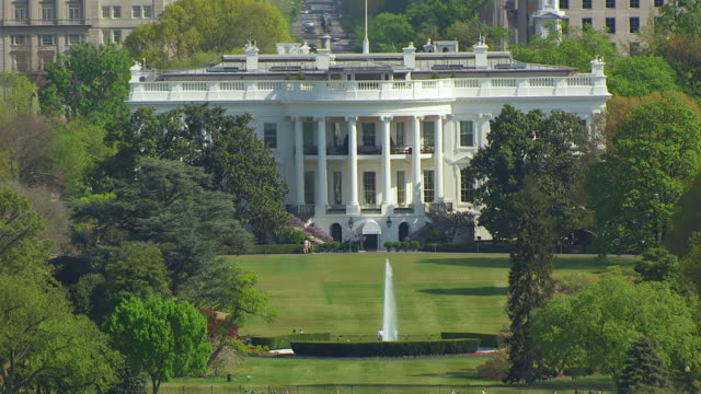 ws zo aerial pov view of white house with city / washington dc, united states - la casa bianca washington dc video stock e b–roll