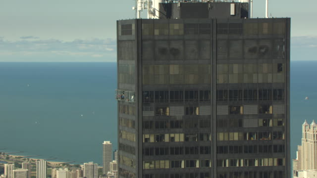 ms zi aerial pov view of willis tower / chicago, cook county, illinois, united states  - willis tower stock videos and b-roll footage