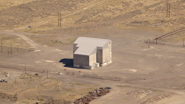 ws aerial view of windowless building at hanford site / richland, washington, united states - hanford nuclear reservation video stock e b–roll