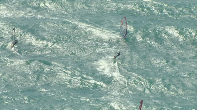 stockvideo's en b-roll-footage met ws aerial ts zi zo view of windsurfers and kite surfer on ocean at guinchos beach in cascais / lisbon, portugal - windsurfen