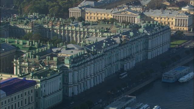 ws pov aerial view of winter palace and hermitage museum / saint petersburg city, saint petersburg, russia - sankt petersburg stock-videos und b-roll-filmmaterial