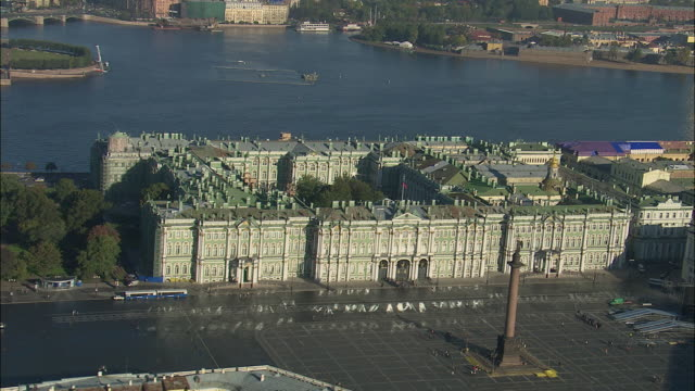 ws pov view of winter palace with palace square and hermitage museum / saint petersburg city, saint petersburg, russia - sankt petersburg stock-videos und b-roll-filmmaterial