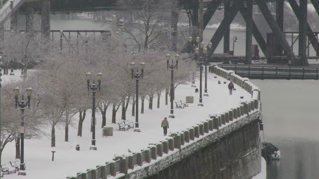 vídeos de stock e filmes b-roll de view of winter season in portland usa - rio willamete