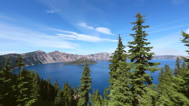 vídeos y material grabado en eventos de stock de ws pan view of wizard island through the forest at crater lake / klamath county, oregon, united states - parque nacional crater lake