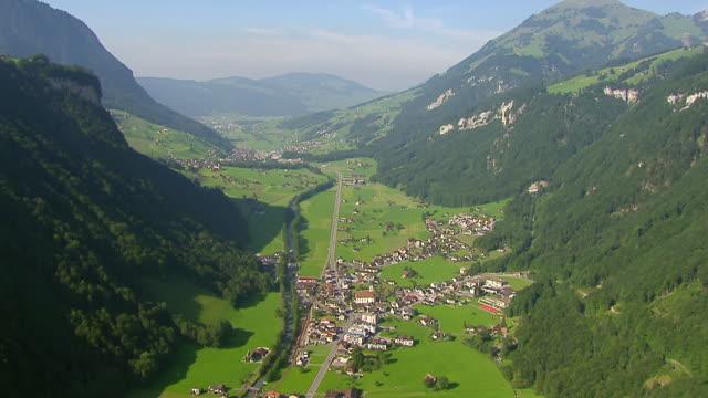 ws aerial view of wolfenschiessen and engelberger river / wolfenschiessen, nidwalden, switzerland - 村点の映像素材/bロール