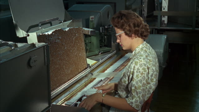 stockvideo's en b-roll-footage met ms view of woman operates cigarette rolling machine - alleen één oudere vrouw
