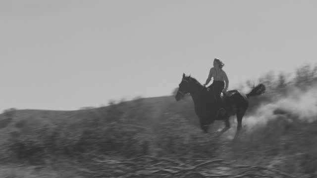 stockvideo's en b-roll-footage met ws la view of woman riding horse over hill - alleen één mid volwassen vrouw