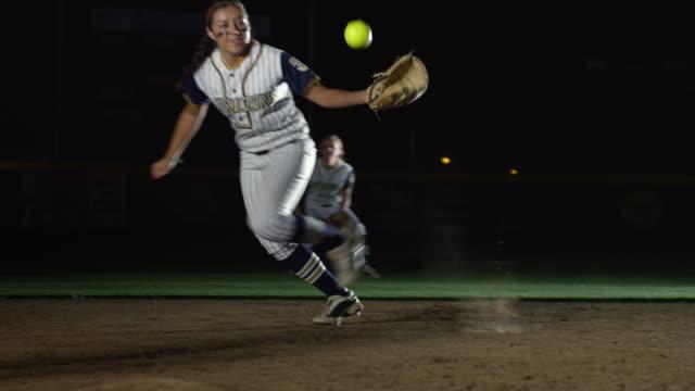 vídeos y material grabado en eventos de stock de ms slo mo view of women soft ball match / riverside, california, united states    - sófbol