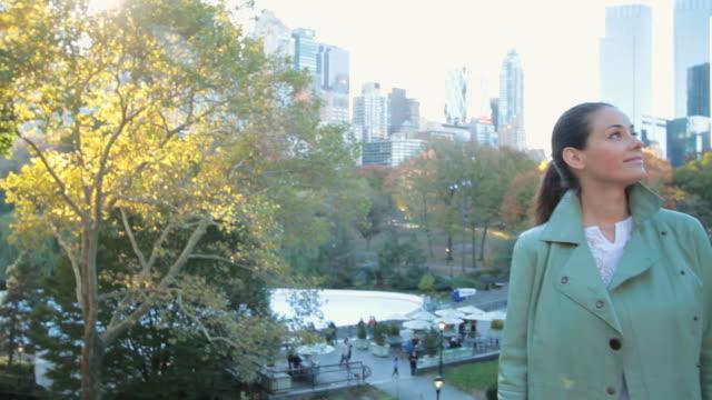 vídeos de stock e filmes b-roll de ms td view of women standing in central park during autumn / new york city, new york, usa. - uma pessoa