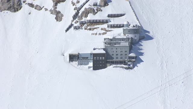 vídeos de stock, filmes e b-roll de ws aerial view of work station / zugspitze, bavaria, germany - montanha zugspitze