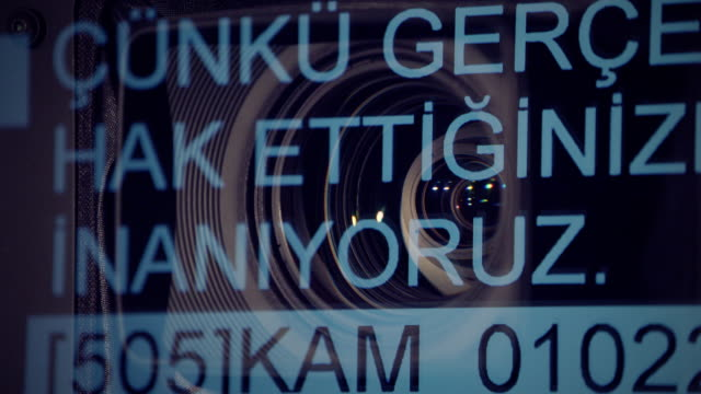 動作カメラレンズとテレプロンプターの眺め - 撮影現場点の映像素材/bロール