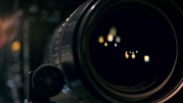 stockvideo's en b-roll-footage met mening van werkende camera lens - studio shot