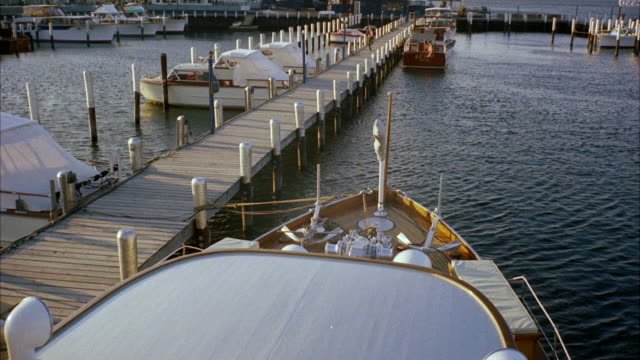 MS CU View of yachts on length of dock
