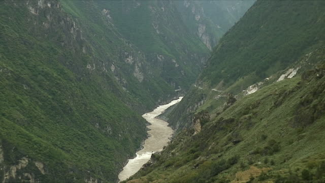 WS ZO View of Yangtze river / Tiger Leaping Gorge, China