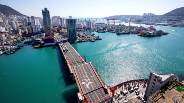 vídeos de stock, filmes e b-roll de view of yeongdo bridge(busan's iconic drawbridge) opening at jung-gu in busan, south korea - drawbridge