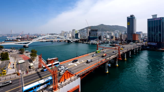 vídeos de stock, filmes e b-roll de view of yeongdodaegyo bascule bridge (famous local landmark in busan) in busan - drawbridge