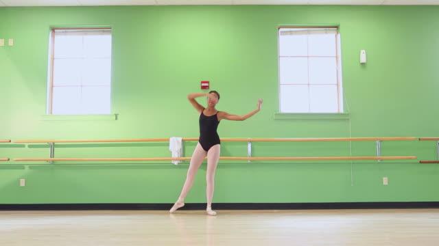 stockvideo's en b-roll-footage met ws zi view of young ballet dancer dancing in studio / santa fe, new mexico, united states - alleen één tienermeisje