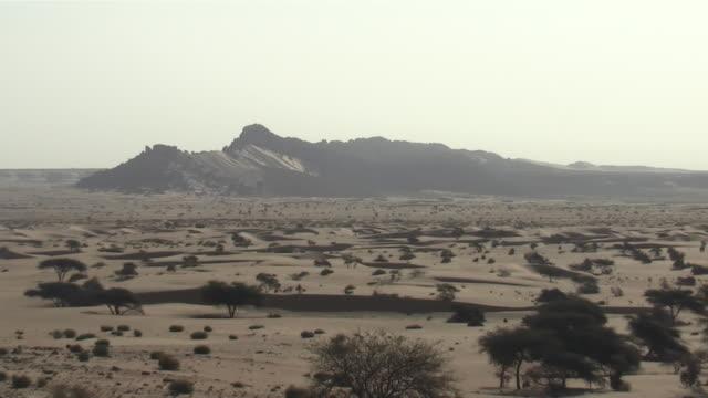 ws zo view of zarga peak / atar, adrar, mauritania - mauritania stock videos & royalty-free footage