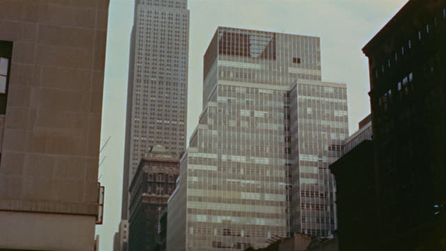 1958 montage la view office buildings and empire state building from 7th avenue and 34th street / new york city - anno 1955 video stock e b–roll