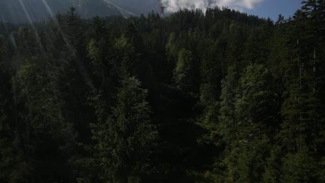 vídeos de stock, filmes e b-roll de ver os na cabine de teleférico montanha zugspitze - montanha zugspitze