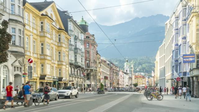 vídeos y material grabado en eventos de stock de vista tl sobre peatones caminando por la calle y la columna de santa ana en innsbruck - cultura austríaca