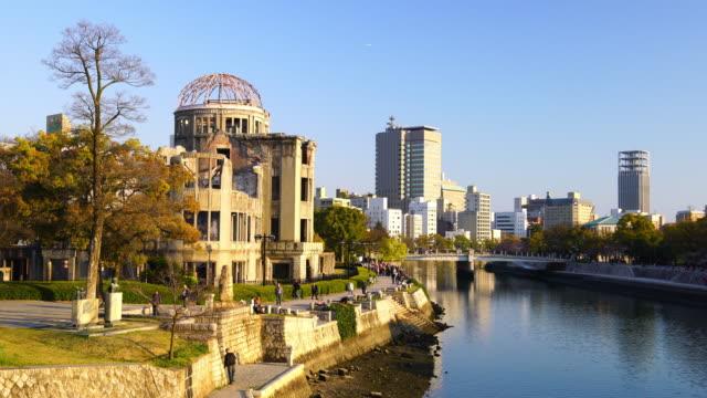 blick auf das atombomben-kuppel in hiroshima, japan - atombombe stock-videos und b-roll-filmmaterial