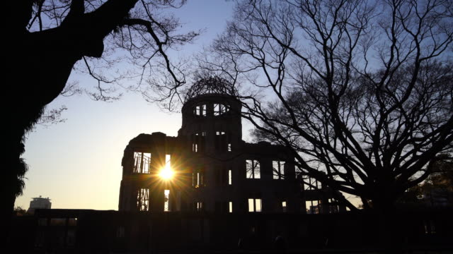 view on the atomic bomb dome in hiroshima japan - guerra del pacifico video stock e b–roll