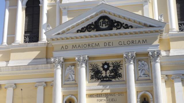 vídeos de stock e filmes b-roll de view on the baroque church iglesia de san ignacio in santiago de chile which was built 1872 the letters ad maiorem dei gloriam embellish the front of... - chile