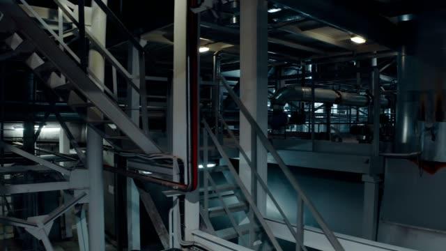 パイプラインの冷却および暖房システムで、建物のボイラールームの内部にビュー - 空気弁点の映像素材/bロール