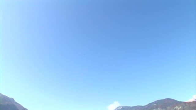 hd: vista sul lago - panoramica verso il basso video stock e b–roll