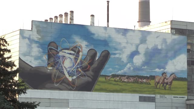 vídeos y material grabado en eventos de stock de view on the safe confinement over the 4th block of chernobyl nuclear power plant and a giant mural of author valerii korshunov, during a press tour... - 18 23 months