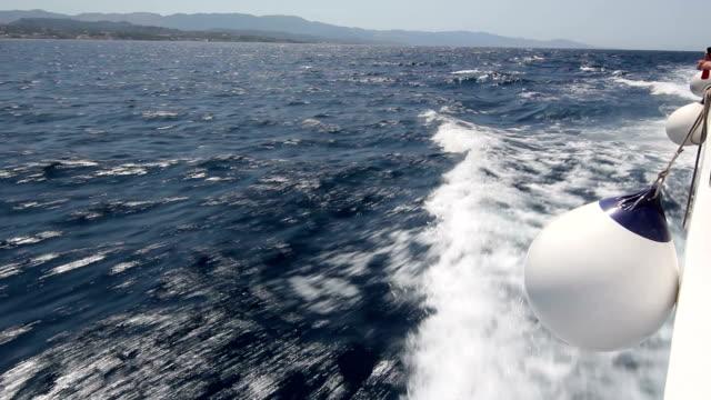 Blick auf das Meer von einer Fähre.